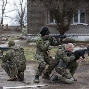 """Ucraina, in vigore il cessate il fuoco. Poroshenko: """"Ultima chance per la pace"""" (foto Ansa)"""