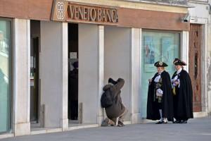 Veneto Banca nel mirino dei pm. Coinvolti i soci Stefanel, Zoppas, De Benedetti