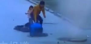 Video YouTube: bimbo lancia petardi, il tombino esplode