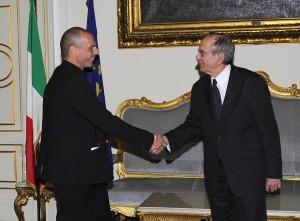 """Grecia, Yanis Varoufakis: """"Debito italiano insostenibile"""". Padoan: """"Non è vero"""""""
