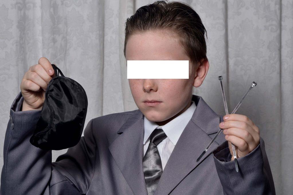 """Bimbo di 11 anni si veste come """"50 sfumature di grigio"""", cacciato da festa FOTO"""