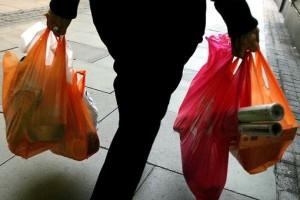 Sacchetti biodegradabili, in Italia irregolari due su tre