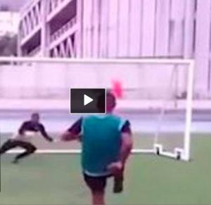 VIDEO YouTube, rigore più ridicolo di sempre: lancia scarpino e poi segna