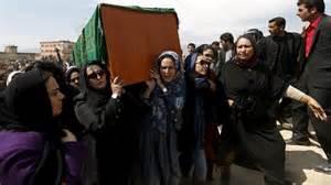 Il funerale della donna linciata