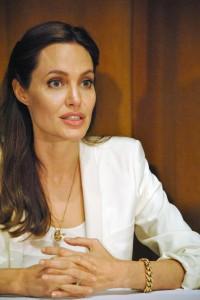 Angelina Jolie, dopo il seno rimuove ovaie e tube di Fallopio: rischiava cancro