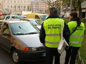 Roma, strisce blu. Ausiliari non multano più (per un mese)