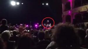 VIDEO YouTube. Franco Battiato cade dal palco a Bari: femore rotto