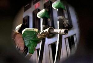 Benzina di Pasqua: aumenti senza ragione, petrolio sempre giù