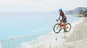 Vittorio Brumotti, campione bike trial in bici a picco sul mare su rignhiera