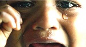 """""""Tutti i negri andrebbero buttati a mare"""". Bimbo in lacrime, indagata anziana"""