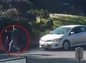 bambino corre in strada, passante ferma auto e lo salva