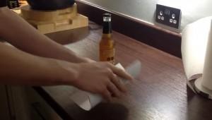 VIDEO YouTube: ecco come aprire bottiglia di birra con un foglio di carta