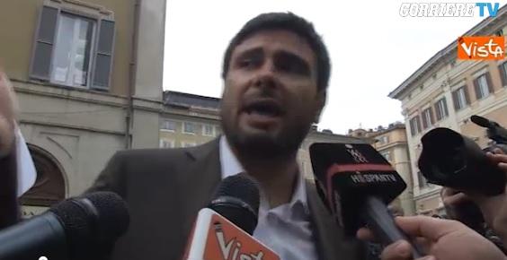 """Alessandro Di Battista alla tv spagnola: """"Porque hay ladrones aquí adentro"""" VIDEO"""