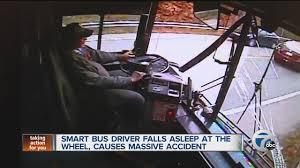 VIDEO YouTube - Colpo di sonno al volante: autista bus si schianta contro 6 auto