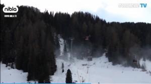 Maltempo, albero cade su cabinovia Ciampinoi: sciatori sospesi nel vuoto VIDEO