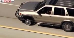 In fuga dalla polizia fora la gomma e si ribalta con auto