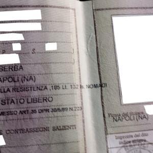 """Napoli, sulla carta d'identità dei rom c'è scritto: """"Scampia, isolato nomadi"""" FOTO"""