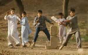 Ragazzi che giocano a cricket in Afghanistan