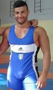 Roma, Salvatore Crisanti salva uomo caduto sui binari della metro