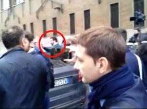 """Matteo Salvini contestato a Milano, va via con polizia: """"Razzista di m..."""" VIDEO"""