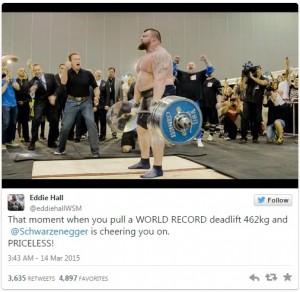 """VIDEO YouTube: solleva 462 kg ed entra nel Guinness, Schwarzenegger gli dà il """"cinque"""""""