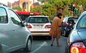 Truffa falso invalido: mano monca riappare solo per contare soldi elemosina