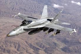 F18, acrobazie in volo per il jet militare che va a 2mila km/h VIDEO