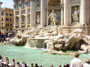 Roma, raccoglie 90 euro di monetine dalla Fontana di Trevi: arrestato per furto