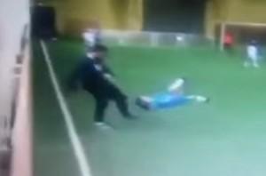 VIDEO YouTube - Allenatore da calcio a bambino