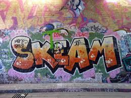 Treviglio, cancella frase blasfema da muro scuola e paga per graffiti veri