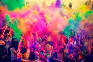 Esplosione di colori per la festa di Holi
