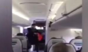 VIDEO YouTube, breakdance prima del decollo: hostess balla Updown Funk