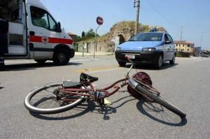 Genova, ciclista cade e viene travolto da moto: morto in ospedale