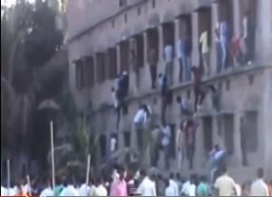 Video YouTube. India: esami maturità, genitori scalano scuola per aiutare figli