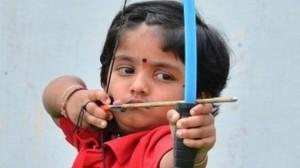 India, Dolly Shivani Cherukuri tira con l'arco a 2 anni ed entra nei record