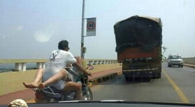 Fanno sesso in sella alla moto in corsa FOTO