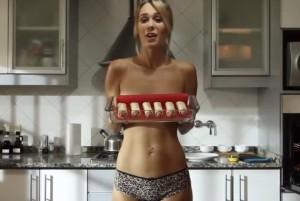 VIDEO YouTube, Jenn cucina in topless: è lei la più cliccata