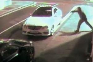 VIDEO YouTube, ladro cerca di rompere vetro auto, mattone lo colpisce in faccia