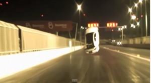Video YouTube: la Lexus accelera troppo, impennata e schianto su barriere