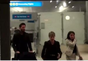 Keanu Reeves: scuro in volto, ignora i fan all'aeroporto VIDEO