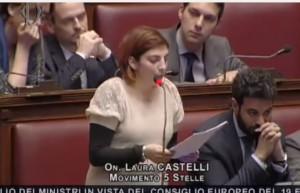 """Laura Castelli (M5s) a Renzi: """"Alzi la testa quando deputato le parla"""""""