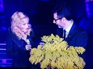 Lo sguardo perplesso di Madonna quando riceva il mazzo di mimose da Fabio Fazio