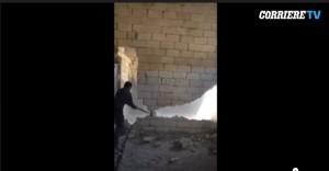 Come non si abbatte un muro: muratore rischia vita VIDEO