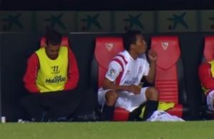 VIDEO YouTube, Fernando Navarro fa pipì in panchina e viene ripreso