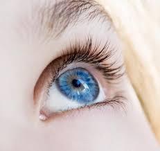 Cambiare colore degli occhi, da marroni ad azzurri: con 5mila dollari si può