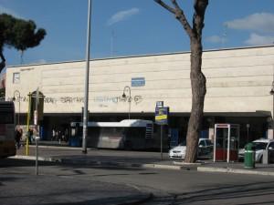 Maria Lippi, in carrozzina, prigioniera dei tornelli in stazione Ostia-Roma Lido
