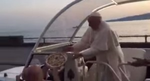 VIDEO YouTube: Papa Francesco prende pizza al volo da Enco Cacialli a Napoli