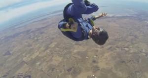 perde i sensi in volo L'istruttore lo salva aprendogli paracadute
