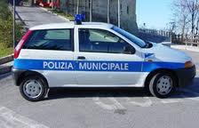 """Napoli, vigile urbano sospeso per 2 mesi: """"Ha preso a calci un immigrato"""""""