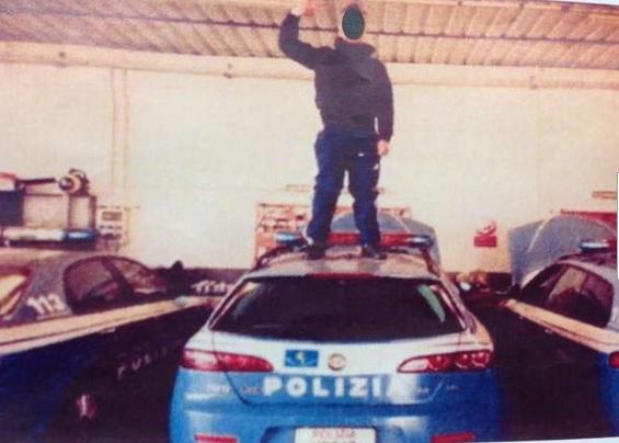 Treviso, selfie su tetto auto polizia: denunciato per oltraggio aggravato FOTO